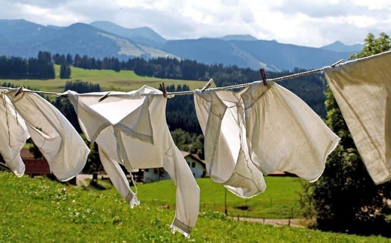 Weiße Wäsche trocknet auf der Leine